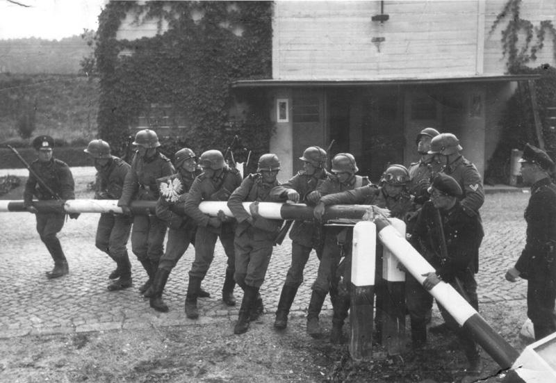 Andra världskriget: Tyska trupper bryter upp bommen som markerar den polsk-tyska gränsen, morgonen den 1 september 1939