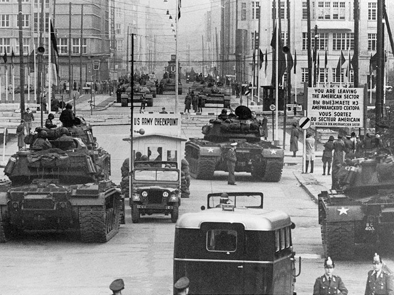 Checkpoint Charlie - Sovjetiska och amerikanska stridsvagnar vid gränsen 1961