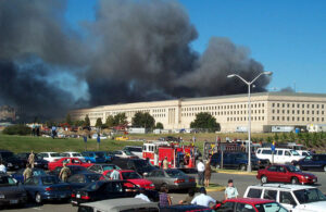 9/11 - Pentagon-byggnaden i brand, sedd från parkering
