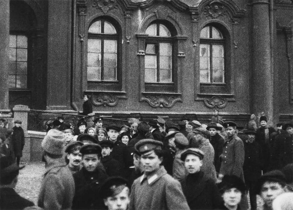 Oktoberrevolutionen, folksamling utanför vinterpalatset