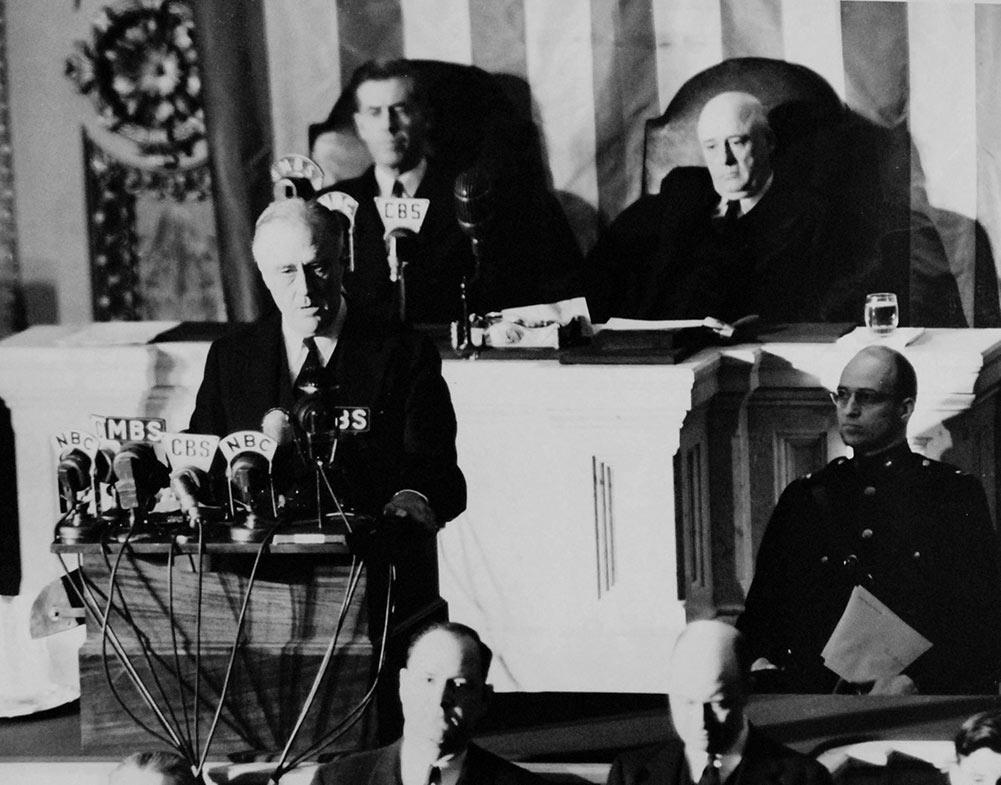 Dagen efter Pearl Harbor-attacken talar Franklin D. Roosevelt till kongressen.