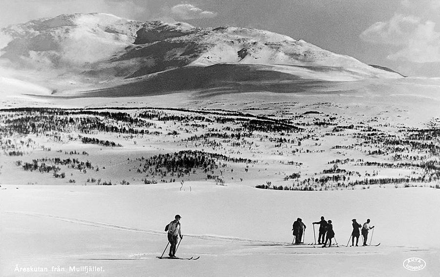 Sportlov - skidåkning är en traditionell sysselsättning. Vykort från Åreskutan, ca 1930.