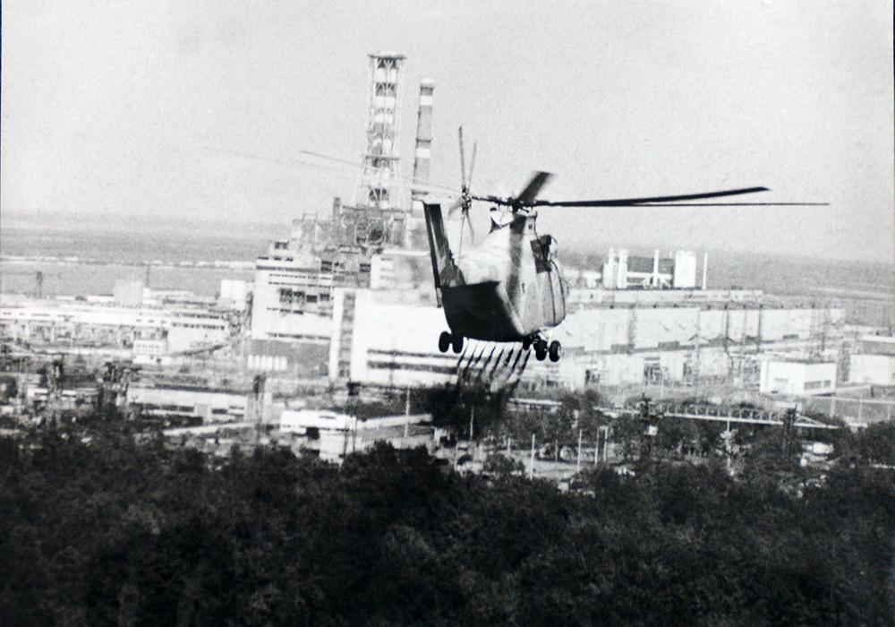 En helikopter undersöker skador på reaktorn i Tjernobyl, 1986