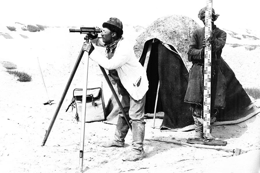 Sven Hedin genomför mätningar under en av sina expeditioner