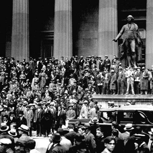 Börskraschen på Wall Street 1929: En folkmassa samlas utanför New York Stock Exchange, 24 okt 1929.